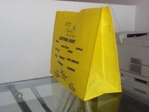 bolsa ecologica amarilla tinta azul