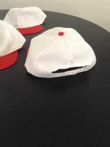 gorra blanca con visera roja 2016